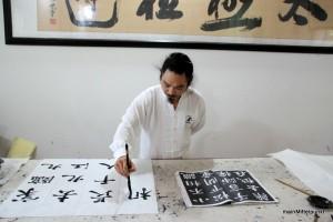 Meister Chen Shiyu kalligrafiert mir ein Abschiedgeschenk