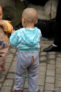 die Schlitzhosen sind super praktisch. Bei Bedarf wird das Kind einfach über einen Mülleimer oder ähnliches gehalten (-: